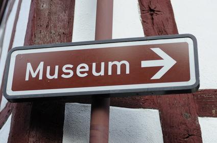 Wegweiser richtung Museum
