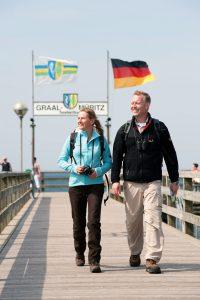 Urlaubsritual: ein Herbstspaziergang zur 350 Meter langen Seebrücke von Graal-Müritz. Foto: djd/www.graal-müritz.de