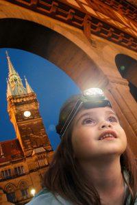 In der Braunschweiger Altstadt gehen die Kinder spannenden Geheimnissen mit der Taschenlampe auf den Grund. Foto: djd/BS STM GbmH/okerland-archiv, shutterstock