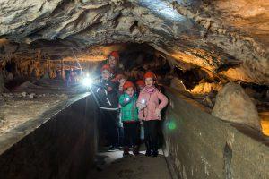 Bei einer abenteuerlichen Taschenlampenführung erkunden Kinder die Rübeländer Tropfsteinhöhlen. Foto: djd/Tourismusbetrieb der Stadt Oberharz am Brocken - Rübeländer Tropfsteinhöhlen/J.Reichel