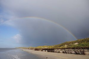 Nach Regen kommt schnell die Sonne wieder - und mit ihr kommen die Regenbogen. Foto: djd/Amrum