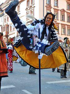 Rottweil gilt als Hochburg der schwäbisch-alemannischen Fasnet. Jährlich am Fasnets-Montag und -Dienstag findet hier der bekannte Rottweiler Narrensprung statt. Foto: djd/Landkreis Rottweil/Bodo Schnekenburger