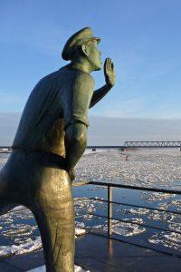 """Der """"Rufer"""" ist eine Symbolfigur Lauenburgs und grüßt zu jeder Jahreszeit vorbeifahrende Schiffe und Reisende. Foto: djd/Stadt Lauenburg/Elbe/Ulrike Sindermann"""