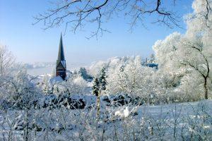 Im weißen Winterkleid präsentiert sich die historische Altstadt Lauenburgs von ihrer romantischen Seite. Foto: djd/Stadt Lauenburg/Elbe